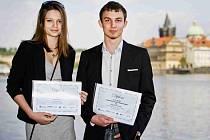 Na snímku ze Střeleckého ostrova jsou vítěz literární soutěže Naše Evropa Jakub Černý a třetí Lucie Malá. Stříbrná Pavla Kolářová se slavnostního vyhlášení nemohla zúčastnit.