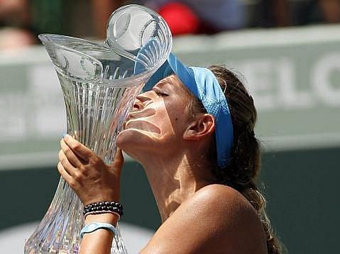 Viktorie Azarenková s trofejí pro vítězku turnaje v Miami.