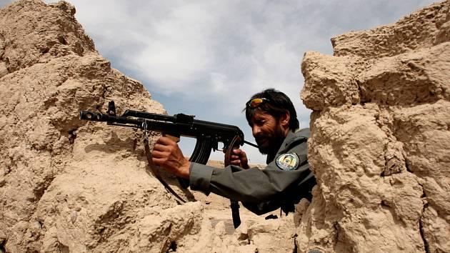 Situace v Afghánistánu je stále neklidná. Afghánský policista (na ilustračním) snímku opětuje střelbu útočících islamistů.