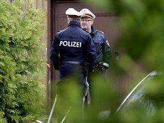 """Policisté hlídají zadní vchod do amstettenského """"domu hrůzy""""."""