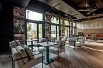 Architekti Miroslav Krátký a Jan Tomáš Cieśla s oblibou navrhují vnitřní prostory restaurací. Na snímku Bistro Mojo v pražském Karlíně.