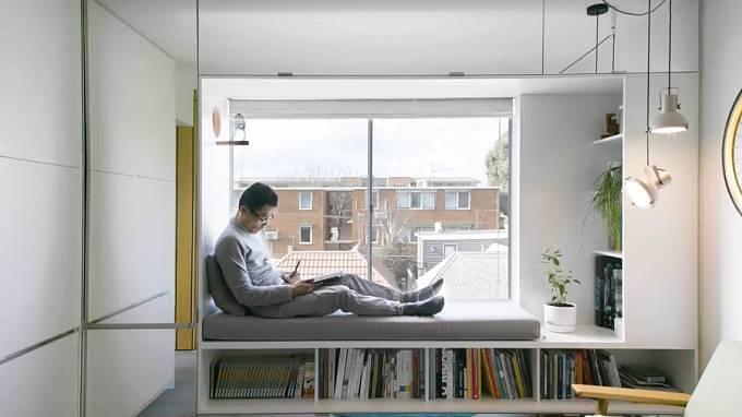 Široký okenní parapet slouží jako místo k relaxaci