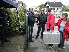 Vyšetřovatelé poblíž domu ve městě Amstetten, kde Fritzl 24 let držel a zneužíval svoji dceru.