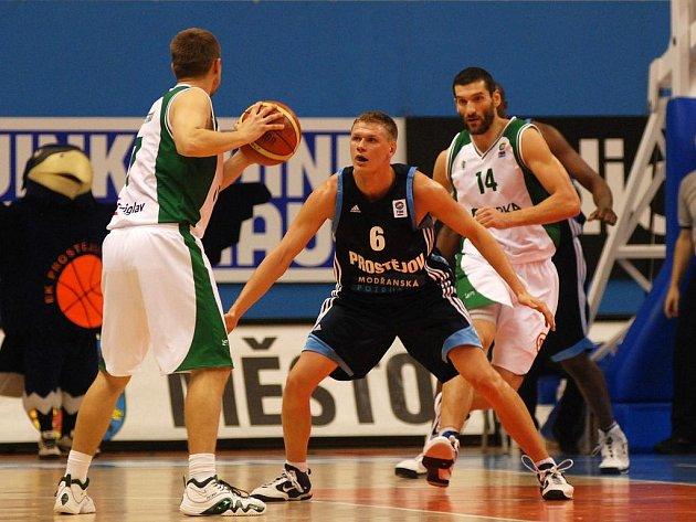 Basketbalisté Prostějova (uprostřed) porazili ve Vyzývacím poháru slovinský celek Novo Mesto ze Slovinska.