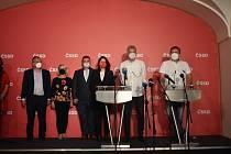 """Jan Hamáček se s novináři rozloučil jako předseda strany. """"Na 25. října svoláme předsednictvo strany, kde složím účet a rezignuji,"""" popsal. Loučení ČSSD po 30 letech ve sněmovně bylo krátké, stručné a s vyloučením dotazů."""