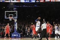 Carmelo Athonny (v bílém dresu) skóruje přes obranu Houston Rockets.