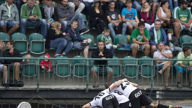 Hradečtí fotbalisté se radují z prvního gólu.