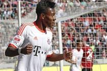 David Alaba z Bayernu Mnichov se raduje z gólu proti Hannoveru.