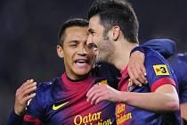 Fotbalisté Barcelony David Villa (vpravo) a Alexis Sanchez oslavují gól proti Córdobě.