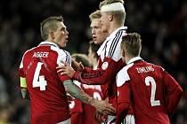 Fotbalisté Dánska se radují z gólu proti Bulharsku.