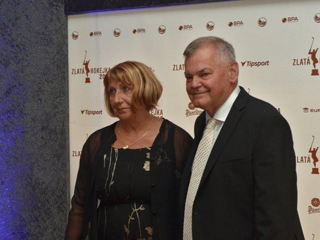 Bývalý trenér hokejové reprezentace Vladimír Vůjtek s manželkou Magdalenou.