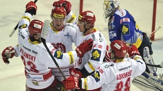 Hokejisté Třince (zleva) Jiří Polanský, Martin Adamský, Lukáš Zíb a Alexandr Gorškov se radují z gólu proti Zlínu.