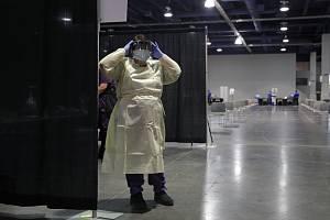 Zdravotní sestra v provizorním středisku v Las Vegas pro testování zaměstnanců kasin na koronavirus, 21. května 2020