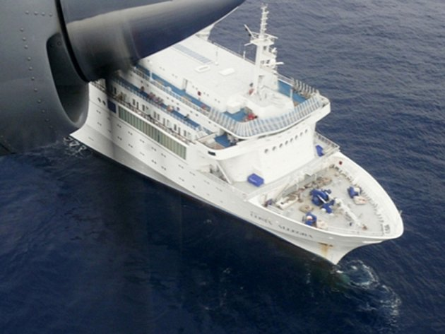 Obří výletní loď Costa Allegra, která v důsledku pondělního požáru na palubě nemohla pokračovat v plavbě a zůstala vězet u Seychel, vleče francouzská rybářská loď Trévignon.