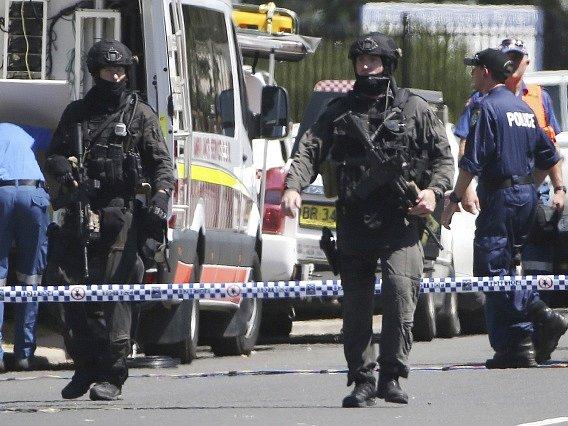 Policisté poblíž místa střelby.