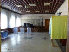 Volební místnost v Novozavosku, jihovýchodní Ukrajině.