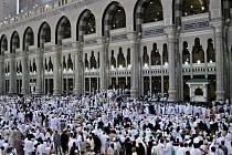 Poutníci na tradiční muslimské pouti do Mekky.