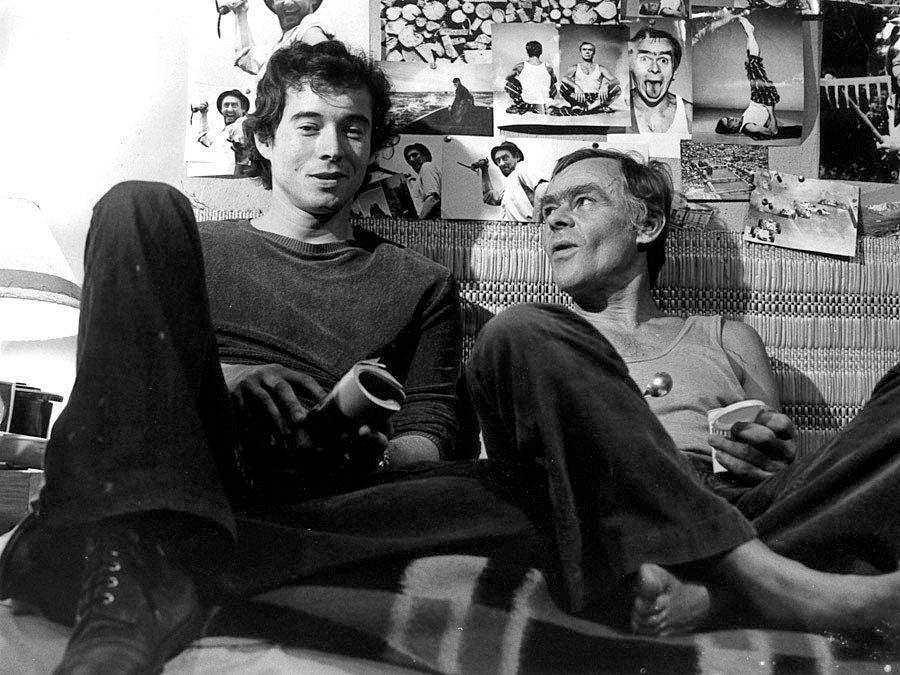 Navzdory úspěšné herecké kariéře musel Eduard Cupák čelit jako gay nepochopení a předsudkům. Dobu větší svobody a tolerance si moc neužil. Ve snímku Mladý muž a bílá velryba.