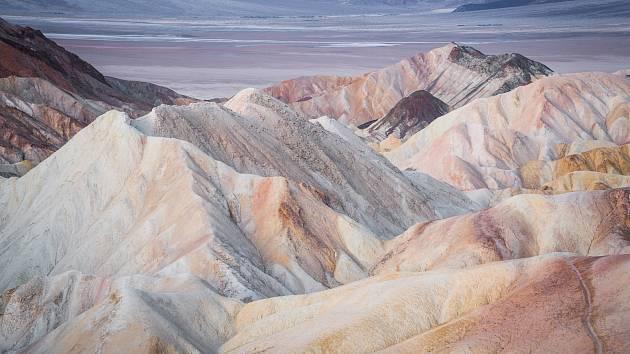 Americké Údolí smrti je co se týče teploty vzduchu nejteplejším místem na Zemi. Navzdory extrémním teplotám ale v oblasti trvale žije několik stovek lidí, různé druhy hmyzu či plazů a ještěrek.