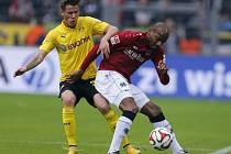 Dortmund - Hannover: Erik Durm (vlevo) a Jimmy Briand
