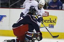 Columbus - Edmonton: Rostislav Klesla z Columbusu (v modrém) v souboji z hráčem Edmontonu Marty Reasonerem.