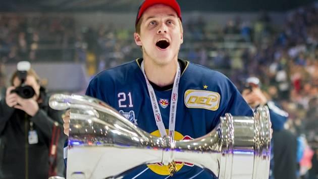 Dominik Kahun, letošní vítěz Německé hokejové ligy za tým EHC Red Bull Mnichov