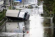Tajfun v Japonsku převracel nákladní auta a odřízl letiště od pevniny