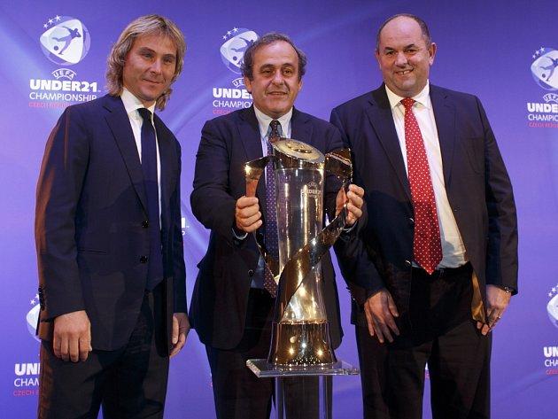 Pavel Nedvěd (vlevo), prezident UEFA Michel Platini a předseda FAČR Miroslav Pelta s trofejí pro vítěze ME jednadvacítek.