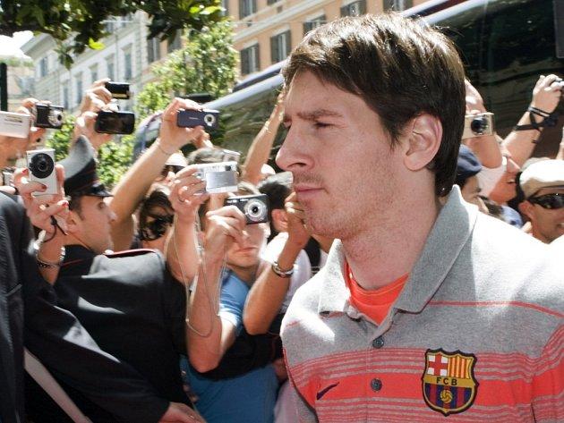 Hvězda Barcelony Lionel Messi při příjezdu do hotelu v Římě.