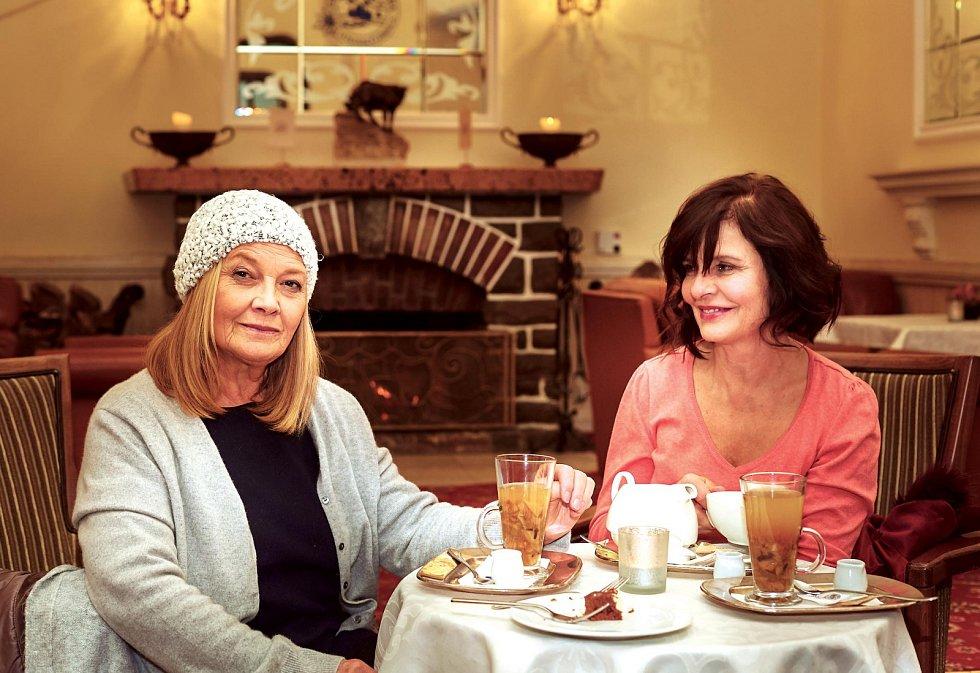 V nové romantické komedii Ženská na vrcholu si zahrály Jana Preissová s Janou Krausovou švagrové.