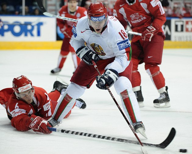 Výborný obranný zákrok proti útočníkovi Ugarovovi předvedl ležící dánský obránce Stefan Lassen.