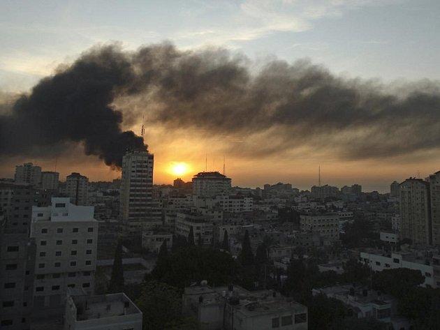 Těžké boje v ulicích, stovky prchajících civilistů, nebe zahalené hustým dýmem – tak vypadala ve čtvrtek situace v pásmu Gazy.