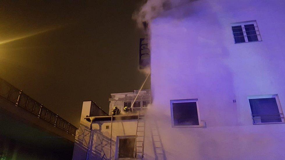 Požár střechy klubu MeetFactory
