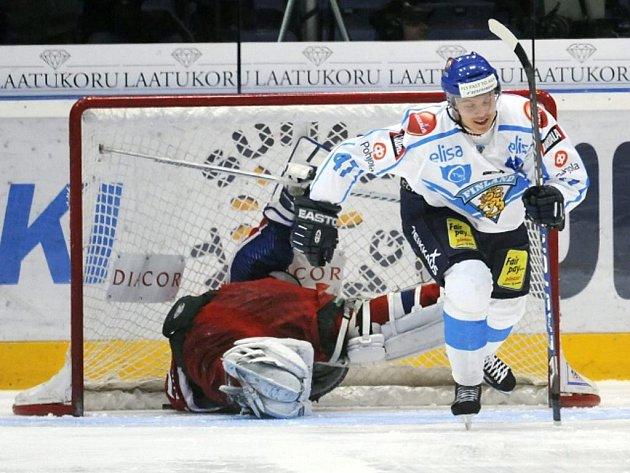 Fin Mikael Granlund (vpravo) rozhodl v samostatných nájezdech zápas proti Rusku na Švédských hrách.