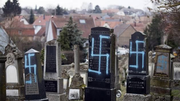 Poničené hroby na hřbitově ve francouzském Quatzenheimu