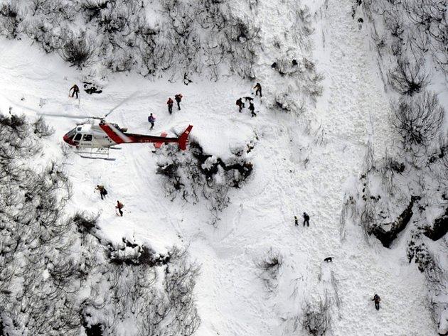 V údolí Val di Fassa v Dolomitech dnes zasáhla lavina sjezdovku poblíž střediska Canazei a zasypala dva lyžaře. Ilustrační foto.