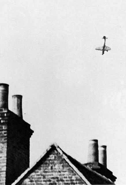 Sestřelený Junkers Ju 87 Štuka se řítí k zemi. Na jeho palubě zahynuli poddůstojníci August Dann a Erich Kohl