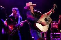 Kiefer Sutherland je také country-rockovým hudebníkem