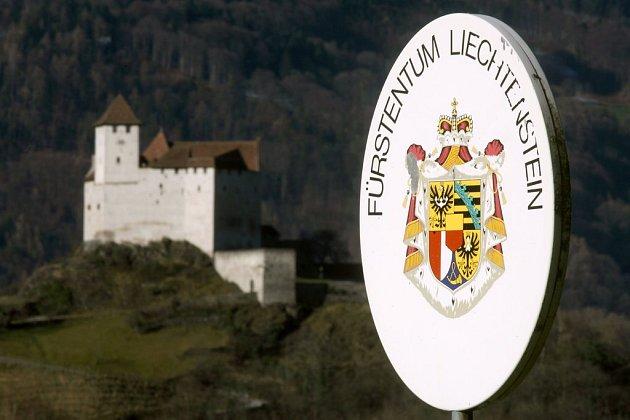 Hranici mezi Lichtenštejnským knížectvím a Švýcarskem dosud poznáte jen podle cedulí, obě země tvoří měnovou i celní unii. Se vstupem Švýcarů do schengenského prostoru by se však na tuto zelenou hranici mohly vrátit hraniční závory i pohraničníci.
