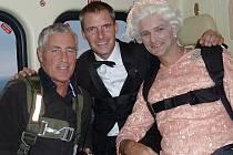 Zdánlivý seskok padákem nad olympijským stadionem v Londýně: úlohu královny Alžběty II. převzal kaskadér Gary Connery oblečený ve stejných šatech jako panovnice. Bonda na padáku hrál další kaskadér Mark Sutton.