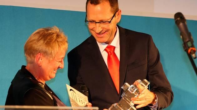 Na slavnostním galavečeru byly v úterý v Praze vyhlášeny výsledky a předána ocenění nejlepším projektům českého realitního trhu za uplynulý rok. Na snímku předává cenu čtenářů generální ředitel VLP Jaromír Skopalík.