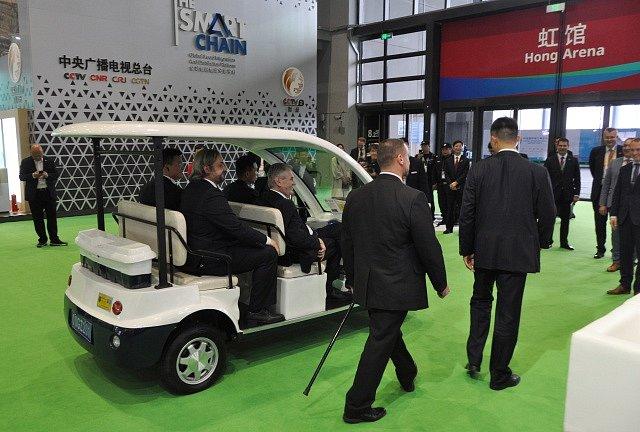 Miloš Zeman se po veletrhu v Šanghaji pohyboval v elektrickém vozíku.