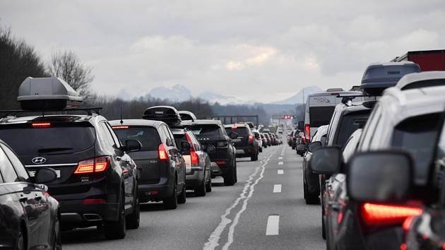 Kolona automobilů na dálnici - ilustrační foto