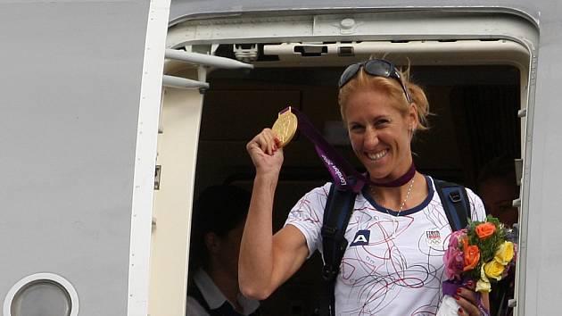 Veslařka Miroslava Knapková se zlatou medailí po příletu z olympijských her v Londýně.