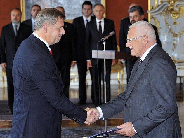 Prezident Václav Klaus jmenoval 6. října na Pražském hradě Petra Bendla (vlevo) ministrem zemědělství.