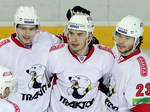 Jan Bulis (uprostřed) se raduje se spoluhráči Jevgenijem Kuzněcovem (vlevo) a Stanislavem Čistovem (vpravo).
