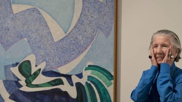 Mecenáška umění Meda Mládková u jedné ze tří úzce souvisejících maleb se stejným názvem Vanoucí modře od Františka Kupky
