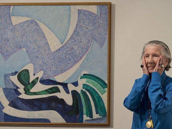 Mecenáška umění Meda Mládková u jedné ze tří úzce souvisejících maleb se stejným názvem Vanoucí modře od Františka Kupky po tiskové konferenci uspořádané 8. února v pražském Muzeu Kampa k chystaným výstavám.