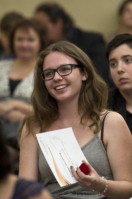 Jedna z oceněných dívek na předávání cen vévody z Edinburghu 6. června v sídle ministerstva kultury v Praze.