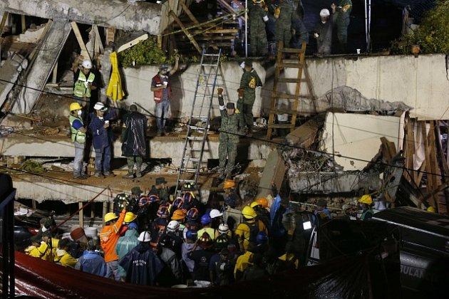 Záchranáři pátrají po zemětřesení v Mexiko po přeživších ve zbořené škole.